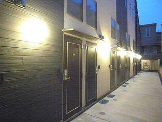 下北沢駅徒歩7分。閑静な住宅街に佇む賃料16.4万円の築浅フルメゾネットデザイナーズが登場。