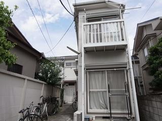 駒沢大学駅徒歩5分の1LDKアパートがなんと賃料7.7万円(管理費2,000円)にてご紹介です。オールフローリングの綺麗なお部屋です。